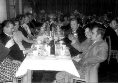 Firmenfeier bei Zuther in den 1950er Jahren Langer Tisch mit essenden Mitarbeitern