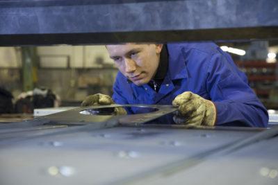 Mitarbeiter bei der Metallbearbeitung in einer Produktionshalle der Zuther GmbH