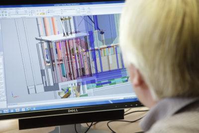 Mitarbeiter der Zuther GmbH vor dem Computer arbeitet an Siloanlage mit 3D Modell