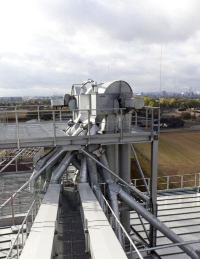 Senkrechtförderer von Zuther in einer Stahlkonstruktion der Fördertechnik