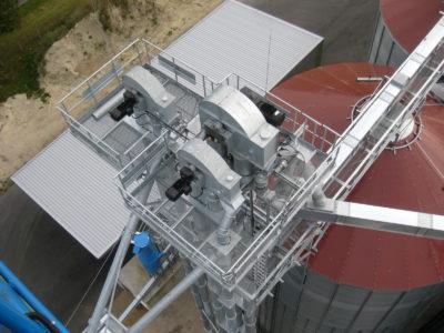 Siloanlage von oben, horizontale Silobeschickung mit Gurtelevator vom Hersteller Zuther