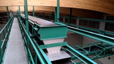 Grüne Zuther Förderbandanlage zur Beschickung einer Flachlagerhalle