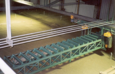A grain flat store with an horizontal and vertical working skrapper or chain scraper conveyor to disribute grain in the warehouse