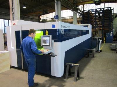 Mitarbeiter der Zuther GmbH an einer Trumpf Tru Laser 5030 Maschine zum Laserschneiden Lohnfertigung bei Zuther
