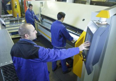 Mitarbeiter bei der Lohnfertigung Metallbearbeitung bei Zuther