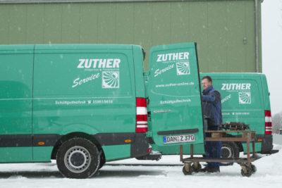Grünes Zuther Montagefahrzeug mit Montage Service Mitarbeiter bei der Instandhaltung Fördertechnik von Zuther