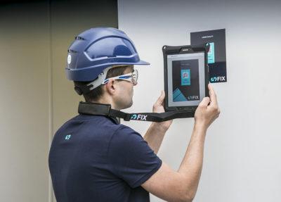 sFIX Monteur scannt den QR-Code von dem Maschinenhaus der Getreideanlage